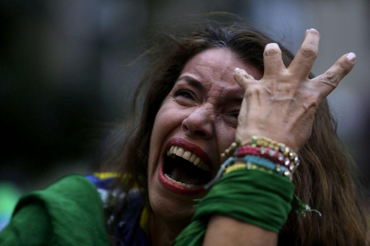 当地时间2014年7月9日,贝洛奥里藏特米内朗体育场,2014巴西世界杯半决赛,巴西1-7德国。巴西队半场被灌五球,观看比赛的球迷失声痛哭。