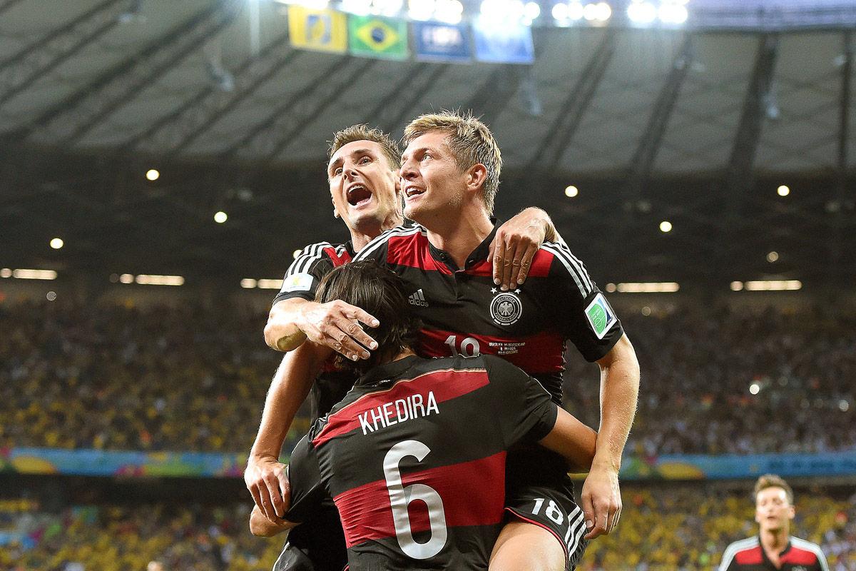 2014年7月9日,巴西米内罗竞技场,2014巴西世界杯半决赛,巴西1-7德国。上半场,德国即完成大屠杀,穆勒、克洛泽和赫迪拉分别进球,克罗斯梅开二度;下半场,替补出战的许尔勒连入2球,奥斯卡打入挽回颜面一球,最终,德国7-1屠杀东道主巴西,从而顺利晋级决赛。