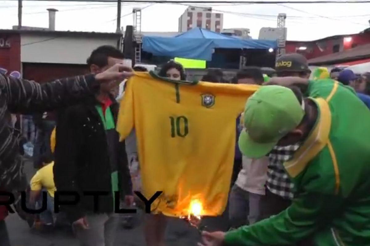 北京时间7月9日凌晨,2014世界杯半决赛,东道主巴西队1-7不敌德国队。赛后,愤怒的巴西球迷在场外点燃了一件巴西10号球衣泄愤。
