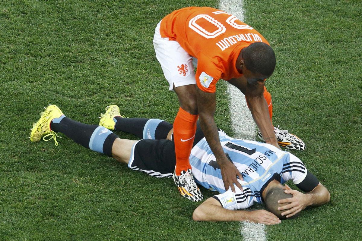北京时间2014年7月10日,巴西圣保罗科林蒂安体育场,2014巴西世界杯半决赛,荷兰vs阿根廷。马斯切拉诺奋勇争头球,前额与维纳尔杜姆相撞,一度晕厥。