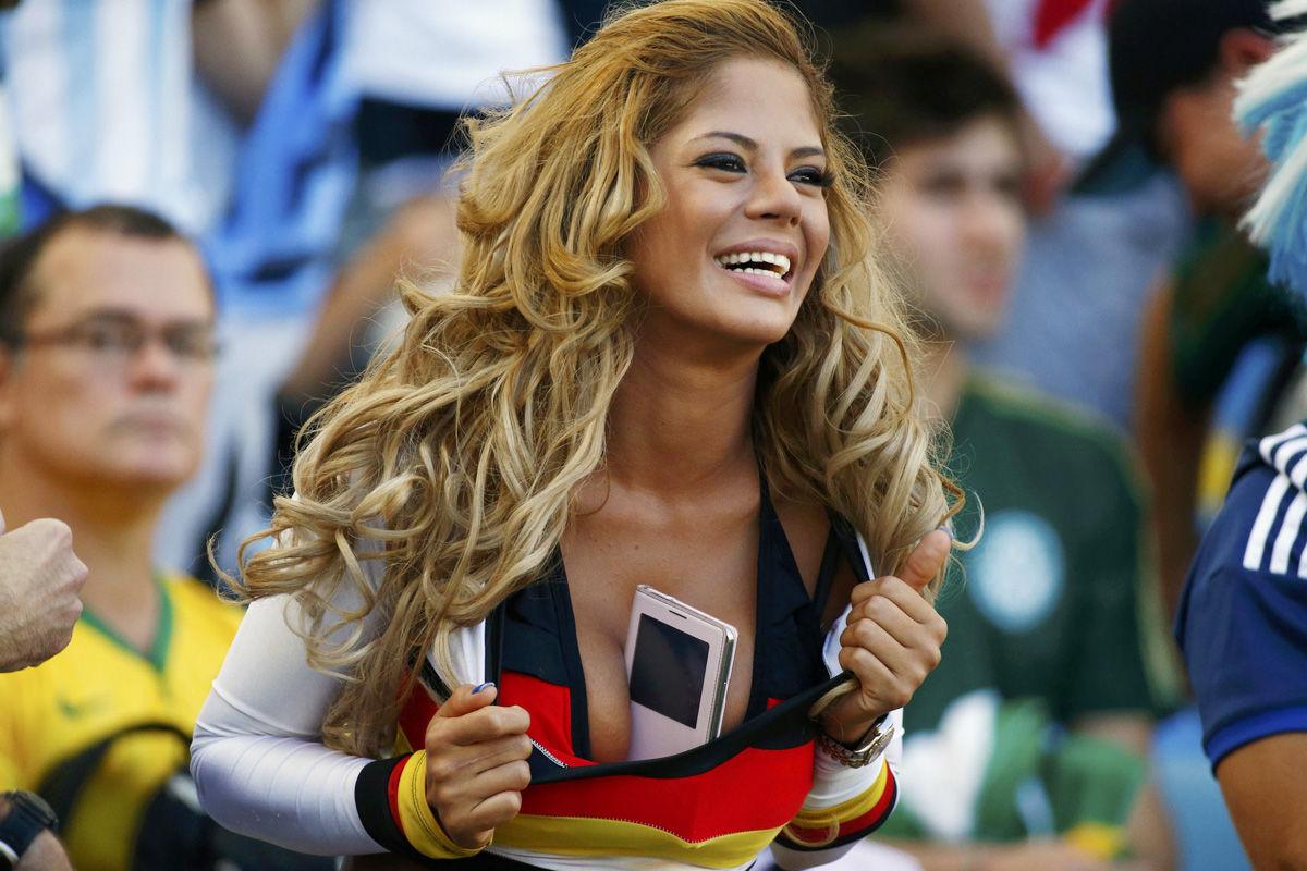 2014年7月14日,巴西马拉卡纳球场,2014巴西世界杯决赛,德国vs阿根廷。女球迷效仿乳神胸夹手机。