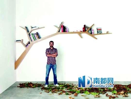 """树形书架的设计,打破了传统书架单一的造型。 提起书架,人们的脑海里总是会浮现出一个又一个的格子间。然而,在当下这个向环保和创意致敬的年代,全新的""""树形书架"""",不仅颠覆了传统书架中规中矩的模样,而且启发了世界各地的设计师们,围绕""""长在墙上的'树'""""开启了各自的""""主题""""想象。 所谓的""""树形书架"""",顾名思义,仿照的是树木形态。无论是设计师R oberto C orazza设计的T reeB"""