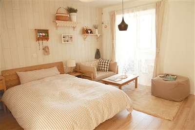 这个卧室的设计灵感来自于木头,以木头为主题来装扮,木头的地板和家具