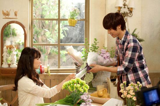 据悉,这是姜敏赫和朴河善在拍摄新人女歌手juniel的主打歌《illa illa