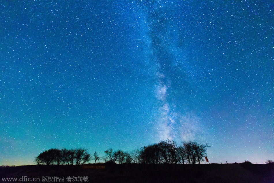 山的交汇地带.夏末初秋,在草原的湖边扎帐篷露营守望草原的星空