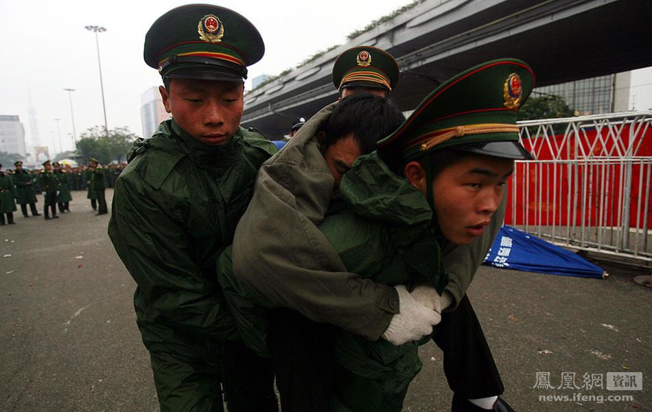 8年2月3日,广州火车站,武警8730部队军人运送伤病旅客.图片