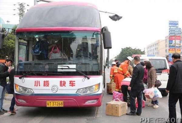 客车被限高架切头现场 2死9伤 (3)