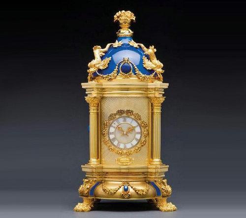 时钟圆顶以精美花纹装饰,配以半透明珐琅,加上典雅的青金石,高贵浓艳