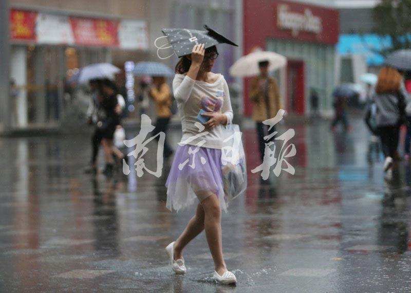 大雨突袭南京新街口 路人措手不及