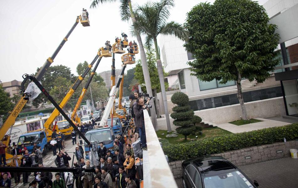 唐英年被媒体披露,位于香港九龙塘大宅地库涉及的违章建筑,面积达两百多平方米,比地面建筑面积还要大。有报章刊登声称是大宅03年的设计草图,当中更有酒窖、私人影院等豪华设施。2月16日,大批传媒一早到达门外守候,有电视台和报馆,安排共六部吊臂车,高空拍摄住宅内的情况。