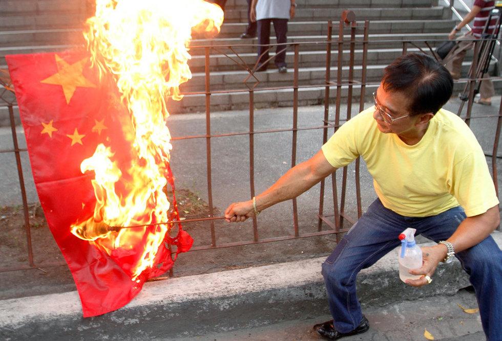 5月8日,马尼拉,菲律宾极端分子在中国使馆门前焚烧五星红旗,要求中国船只撤出黄岩岛。另据央视报道,菲律宾一个侨民组织拟于5月11日发动大规模游行。5月8日,中国驻菲律宾大使馆发布通知称,近日菲律宾将举行大规模示威,要求在菲中资机构人员重视安保工作,注意人身财产安全。