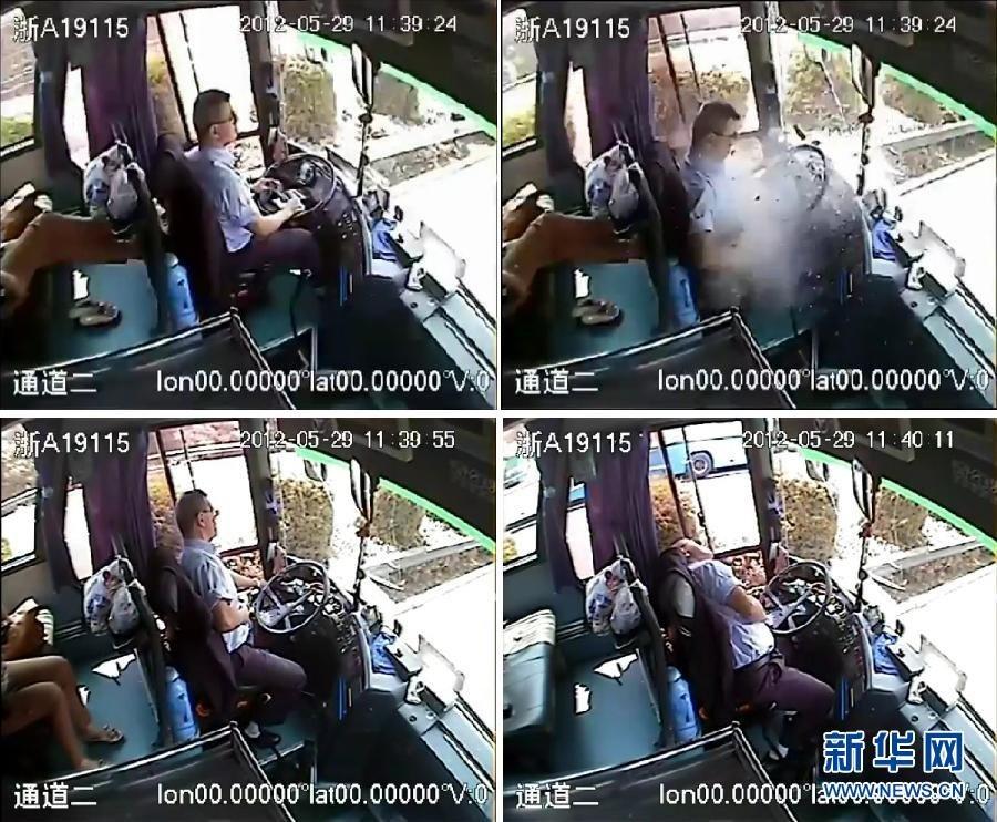 事发客车内监控录像显示:驾驶员吴斌被铁块砸中,忍着剧痛完成一系列完整的安全停车措施后,最终瘫在座位上(视频截图)。 5月29日中午,杭州长运集团司机吴斌驾驶从无锡开往杭州大客车,在途经沪宜高速公路时,突然有一铁块从空中飞来击碎车辆前挡风玻璃再砸向吴斌的腹部和手臂,导致吴斌肝脏破裂及肋骨多处骨折,肺、肠挫伤。在危急关头,吴斌强忍剧痛将车辆缓缓停下,拉上手刹、开启双闪灯,完成一系列完整的安全停车措施,并告知车上旅客注意安全,然后打开车门,安全疏散车上的24位旅客。最后,吴斌因伤势过重瘫坐在座位上。6月1日凌晨,吴斌经抢救无效离世,享年48岁。新华社发