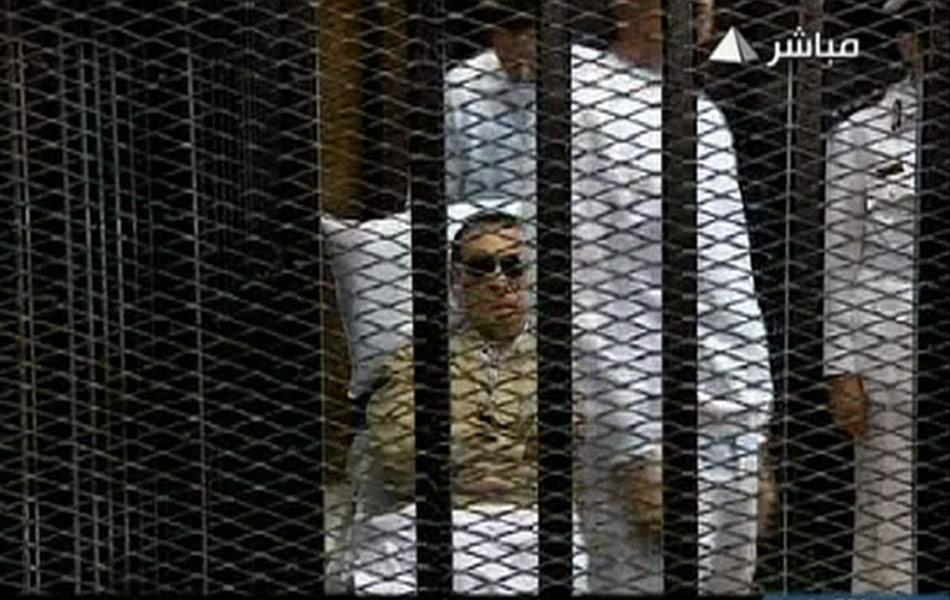 当地时间6月2日,埃及法院就前总统穆巴拉克一案作出终审判决,穆巴拉克被判终身监禁。现年84岁的穆巴拉克被控在埃及去年爆发示威活动期间下令射杀示威者,以及滥用职权和贪污腐败等。当天穆巴拉克戴墨镜被用担架抬至位于开罗的法庭。电视台全程直播了本次审判。法庭外有大批民众聚集对其进行声讨。2011年8月3日至今,穆巴拉克已5次受审,他在庭审中否认了所有指控。