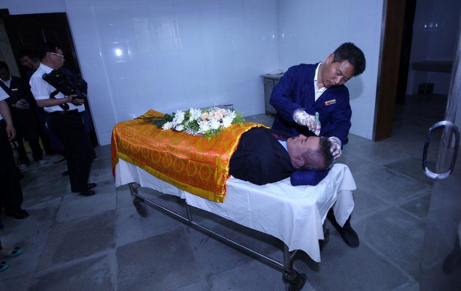 吴斌的遗在殡仪馆化妆