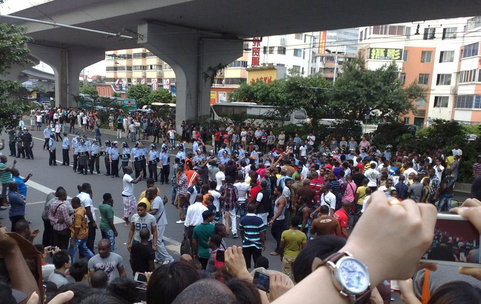 广州越秀警方今天(6月19日)向媒体通报:19日下午,一些外籍人员在广园西路聚集并堵塞道路交通,越秀警方及时采取果断措施,依法妥善处置了该起事件。