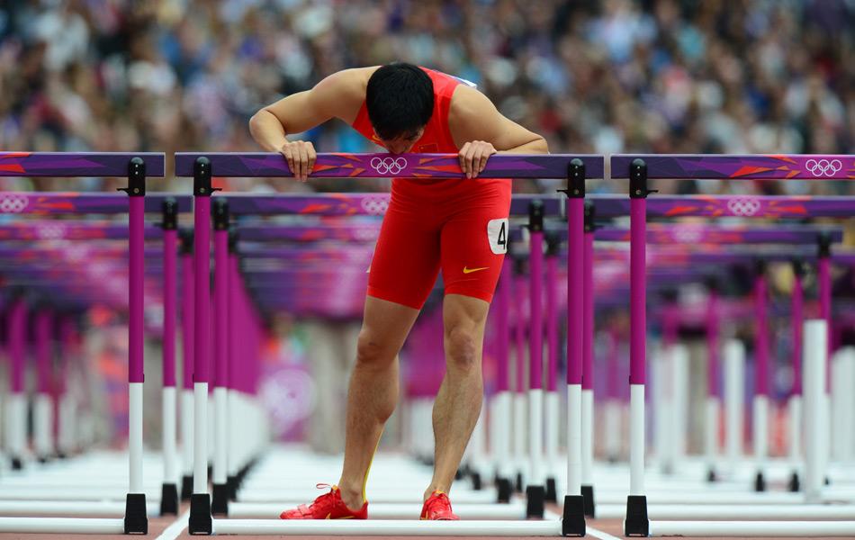 刘翔摔倒出局后,亲吻栏架。