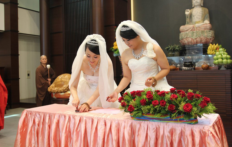 台湾两女同性恋首次按传统佛教仪式举行婚礼