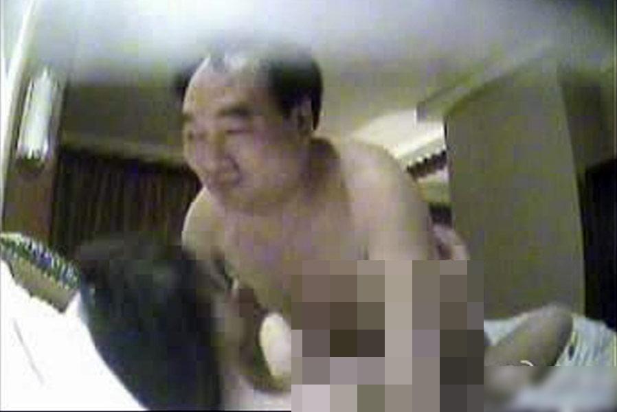 经重庆市纪委调查核实,近日互联网流传有关不雅视频中的男性为北碚区区委书记雷政富。11月23日,重庆市委研究决定,免去雷政富北碚区区委书记职务,并对其立案调查。