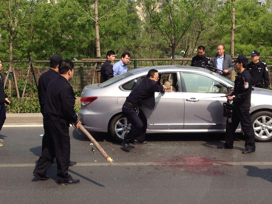 今天下午2时许,北京广渠门桥西一男子持刀向过路车辆司机及乘客行凶,致2人死亡,1人还在救治中。拘捕中行凶男子受伤,后抢救无效死亡。目前,案件正在进一步调查。(央视记者 赵学荣)图为警方在抓捕嫌疑人。