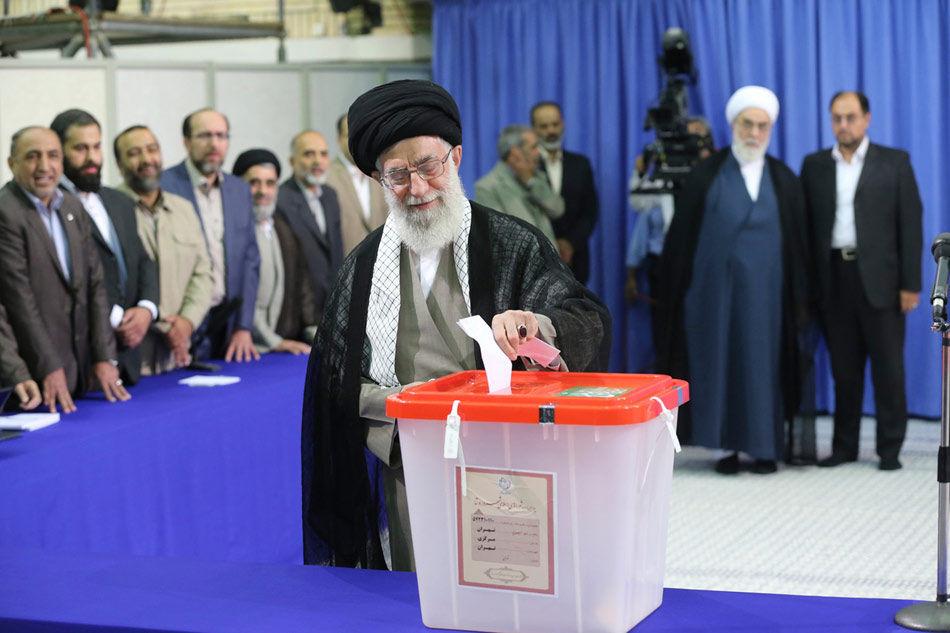 当地时间6月14日,伊朗总统选举投票正式开始,伊朗最高领袖哈梅内伊在首都的投票站投下首张选票。据悉,此次投票将持续10个小时,伊朗内政部可以根据需要适当延长投票时间。根据伊朗内政部公布的数据,伊朗全国约有5050万名选民,设有约6万个投票站,预计选举结果将在15日计票结束后公布。