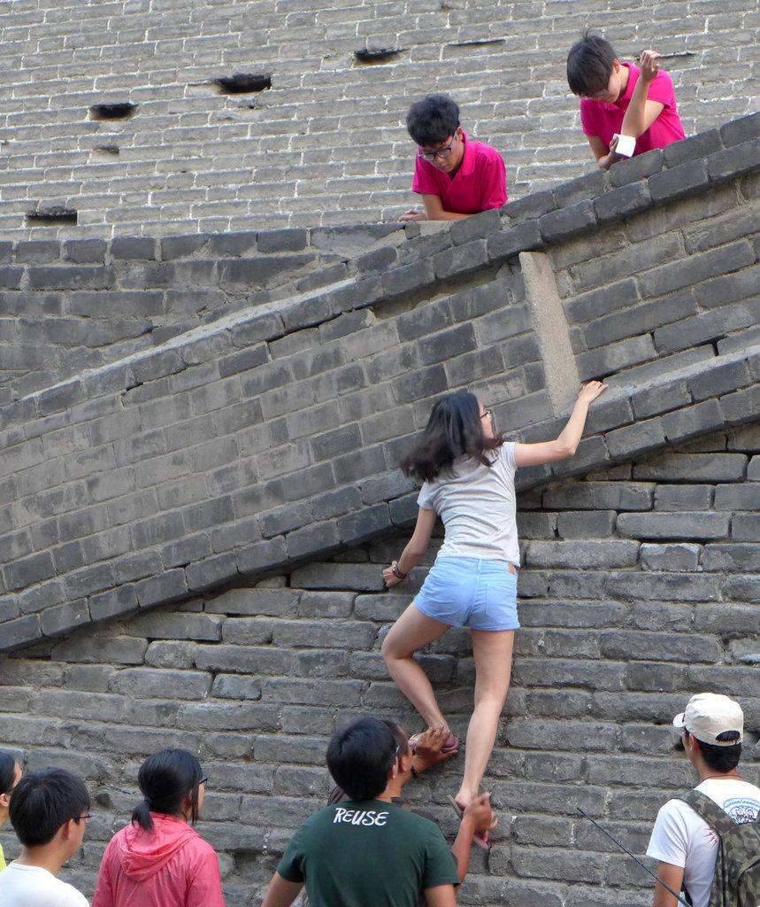 10余青年为逃票攀爬西安古城墙