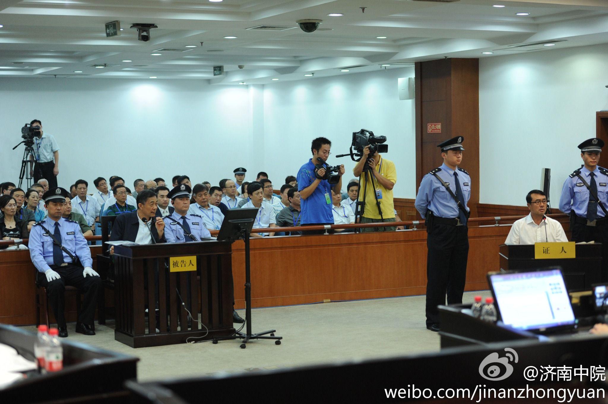 据济南市中级人民法院报道,法庭现在就起诉书指控被告人薄熙来滥用职权的事实进行调查。图为薄熙来和王立军对质。