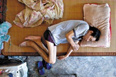 湖南省耒阳市导子乡导子村,尘肺一期患者王平。摄影:周岗峰