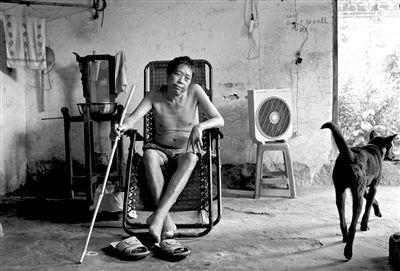 2013年8月27日,尘肺三期病人谷运城。摄影:周岗峰