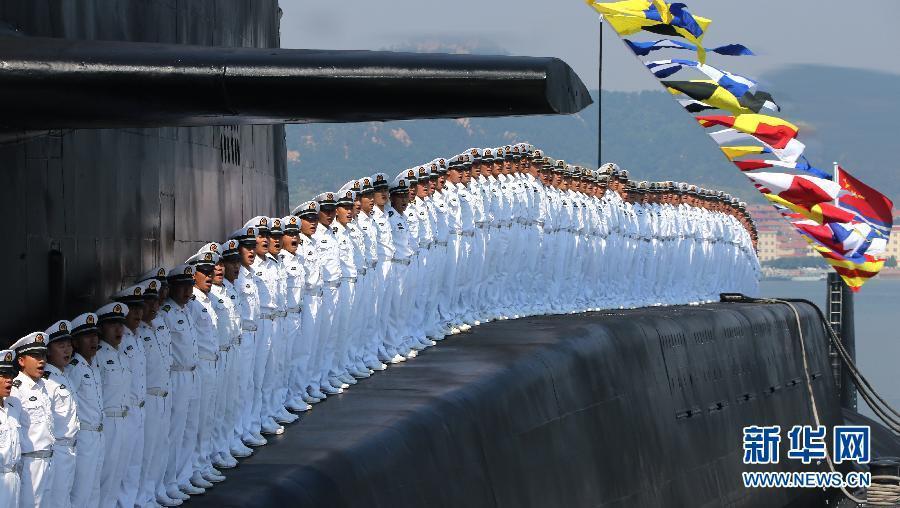 """威武的核潜艇官兵。央视、新华社等多家媒体首次以大量图文及视频资料的方式对外解密中国海军第一支核潜艇部队———海军北海舰队某潜艇基地的发展过程和相关事迹。对于外界来说,中国海军核潜艇部队一直是最神秘的部队之一,此次是这支中国海基核力量部队首次对外""""大尺度""""解密。"""
