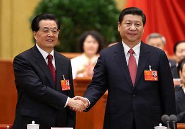 习近平当选国家主席 与胡锦涛微笑握手