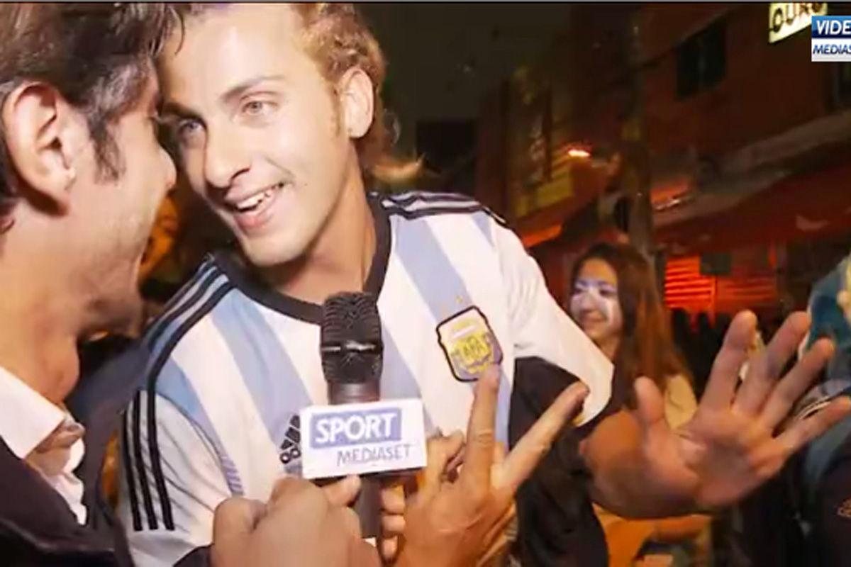 据意大利媒体《Mediaset》报道,阿根廷与荷兰的半决赛结束后,阿球迷在圣保罗街头发生冲突,警察迅速控制现场。面对媒体的采访,很多现场的阿根廷球迷非常兴奋,纷纷对着镜头比划着7-1的手势。