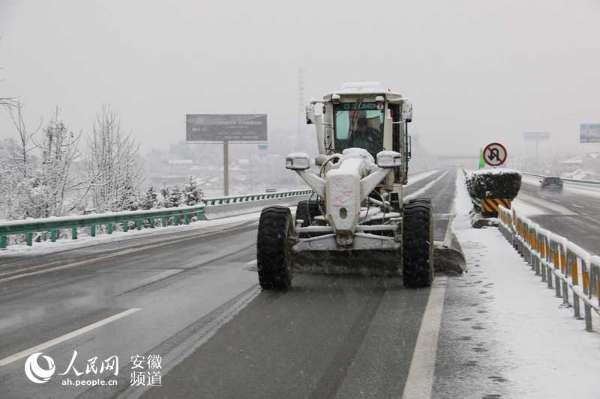 1月21日,青阳公司以长大桥梁、纵坡、隧道出入口为重点区域,投入机械开展除雪作业。
