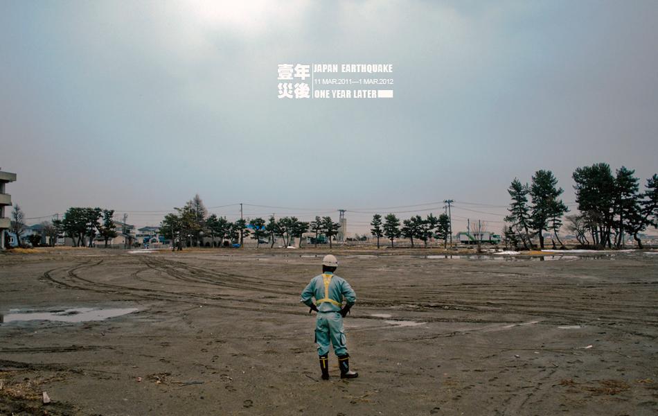 2012年3月2日,日本名取海啸重灾区,一名工人在拆除废弃输电线的过程中停下来小憩。Daniel Berehulak/摄