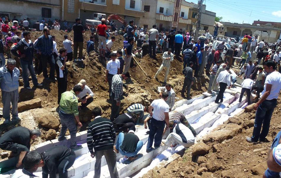 叙利亚为胡拉惨案遇难者举行集体葬礼(tu)