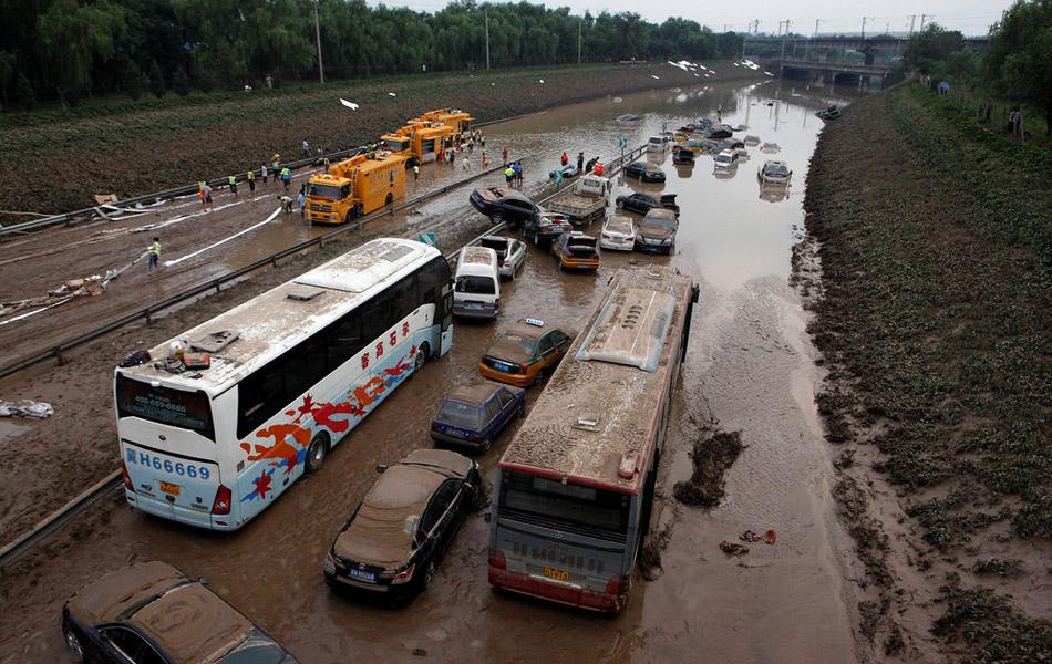 2012年7月23日,北京,京港澳高速出京方向仍有大量车淹没在路上,排水和搜救在进行中,该道路所有进出京车辆只能绕行。截至23日14时30分,救援部门已经清理出被积水淹没的47辆车,23日未再发现被困人员。