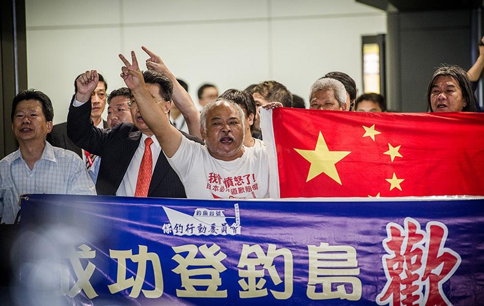 """8月17日,在钓鱼岛海域被日方逮捕的14名中国公民和""""启丰二号""""船已获释。8月17日下午,在中国驻日使领馆安排下,7名中方人员登上了冲绳那霸至香港的班机,7名中方人员原船返回,中国海监船和香港特区海事船将前往接应。图为8月17日,7名中国香港保钓人士乘航班于19时50分许抵达香港国际机场,顺利返回香港。"""