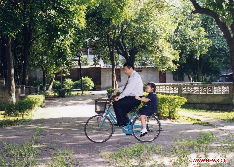 12月23日,新华英文推出习近平系列新老照片,题目为《Profile photos: Xi Jinping: Man of the people, statesman of vision》。照片包括习近平与父亲习仲勋合影、习近平与母亲齐心手拉手散步、习近平彭丽媛合影、习近平骑自行车带着女儿等画面。