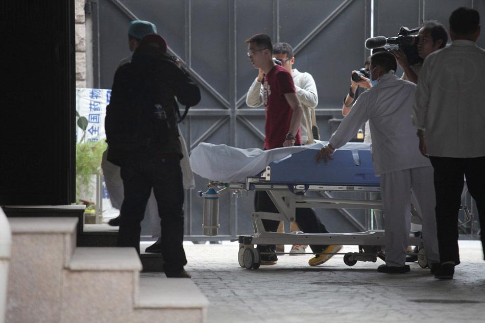 4月16日,上海,2010级硕士研究生黄洋同学经抢救无效,于4月16日15:23在附属中山医院去世。图为黄洋的尸体被推向太平间。
