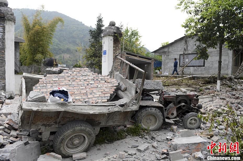 4月21日,四川省雅安市宝兴县灵关镇,受损的建筑和拖拉机。廖攀 摄