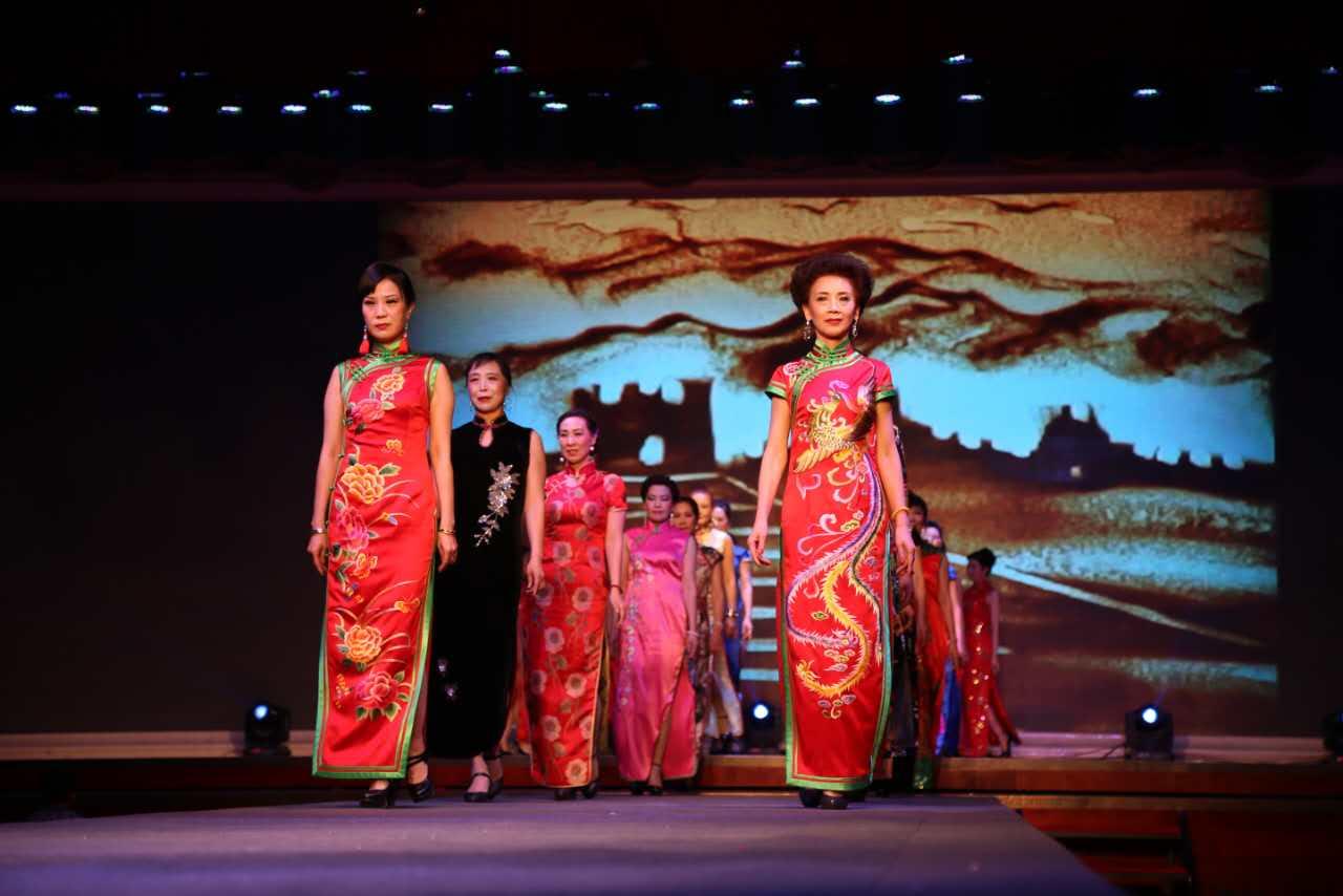 老年模特队把中国的旗袍文化展现的淋漓尽致