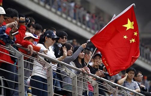 今年4月,F1中国大奖赛即将迎来十周年的历史性时刻。作为中国站的主场,上海奥迪国际赛车场在过去的九年中,因各种中国元素的融合,而变得格外的有古典的韵味儿。春节将至,不妨来跟随着我们一起来盘点一番历年中国站的各种中国元素,让F1的中华风刮得更猛烈一些吧。 冠军奖杯   每次比赛结束后,与冠军车手一样,赢得全球最多目光的无疑就是冠军的奖杯。而从2004年开始,中国大奖赛的奖杯就被融入了各种各样的中国元素。从霸气的中华鼎、动感的风火轮,到通透的琉璃,想必这些独具中国古典特色的奖杯在车手的家中已不仅是荣誉的象征,