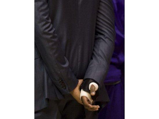 2011年右手腕三角韧带撕裂 严重指数:9 这一次科比又是在季前赛受伤,在2011-2012赛季季前赛湖人与快艇的同城德比战中,科比右手腕三角韧带撕裂,媒体报道称科比伤势严重需要手术,至少要休战三个月,但科比坚持带伤作战,赛前要注射麻醉剂以减轻疼痛,场上场下都要佩戴护具。