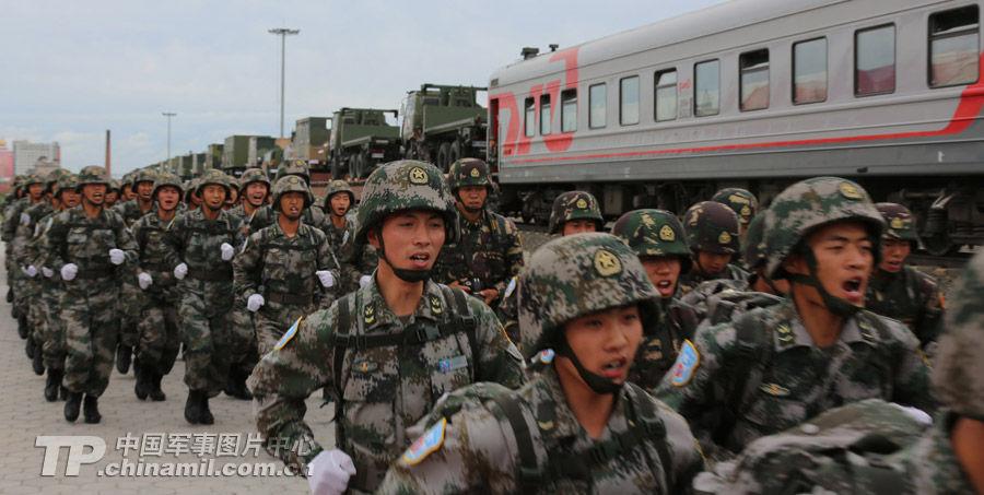 中方战斗群第一批铁运梯队在满洲里口岸跨出国门