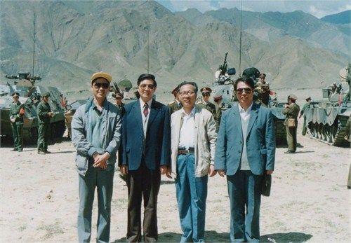 胡锦涛 西藏 前中共总书记胡锦涛在西藏:与坦克装甲部队合影