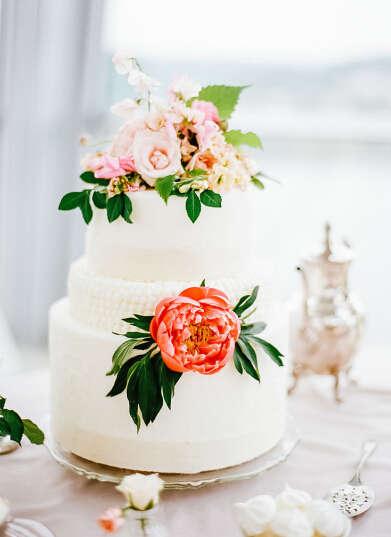 1,充满活力的鲜花 把鲜花放到纯白色的婚礼蛋糕上,会让你的蛋糕充满