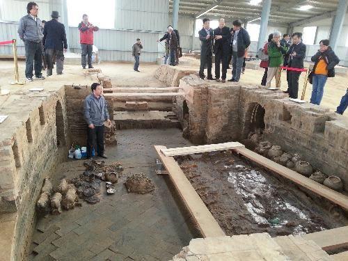 墓葬考古现场