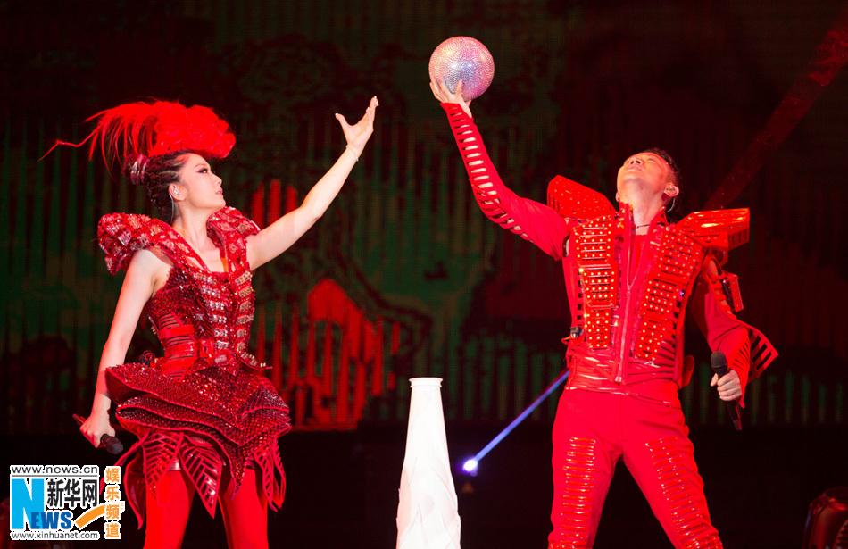 """...演唱会凤凰传奇\""""我是传奇\""""北京演唱会也在4万余名观众的的合..."""