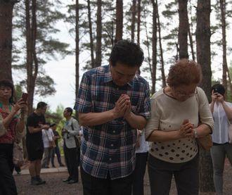 """日本战后遗孤赴""""中国养父母公墓""""祭扫"""