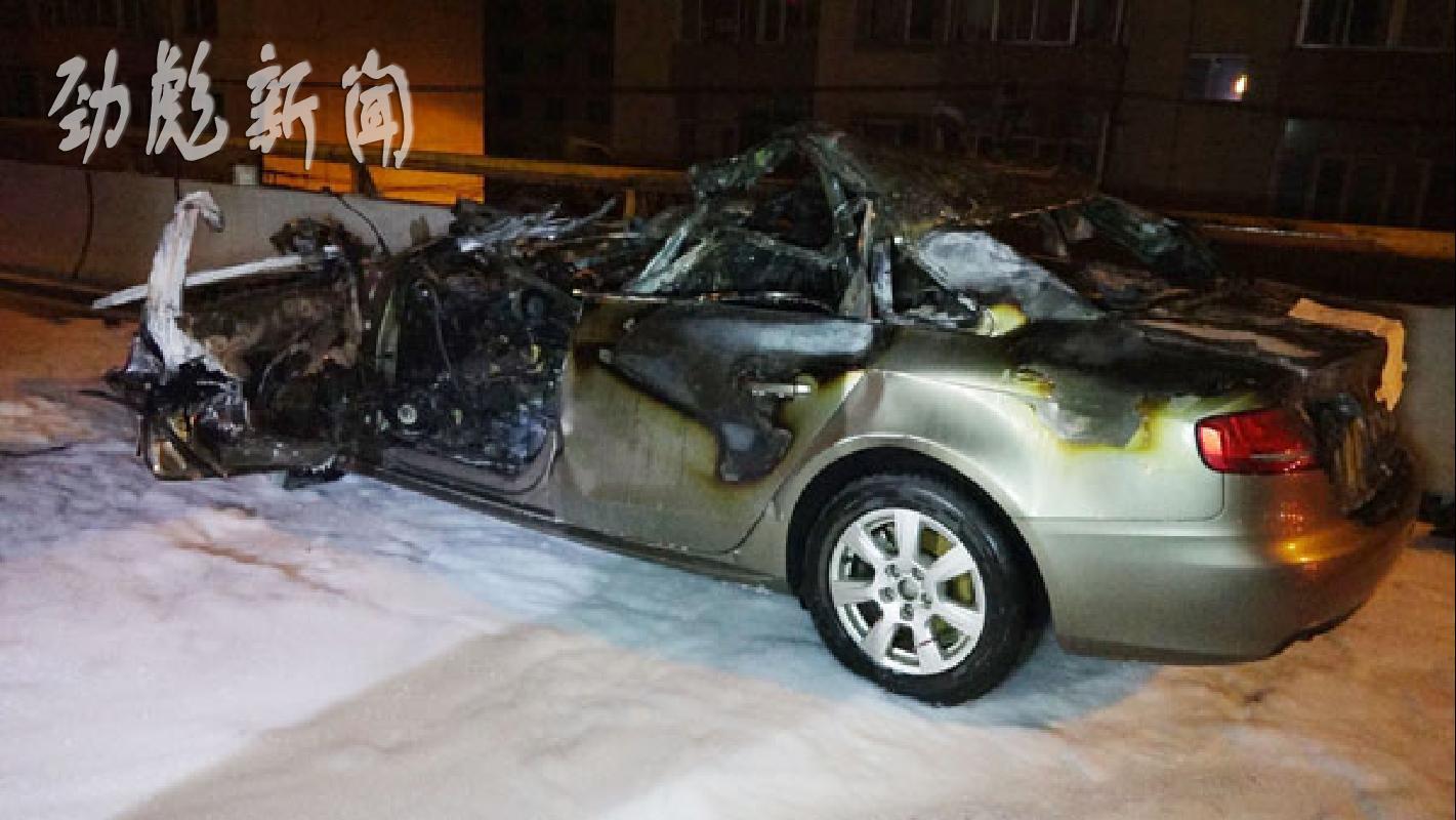 )发生一起交通事故,一辆奥迪轿车追尾一辆大货车,奥迪轿车起高清图片