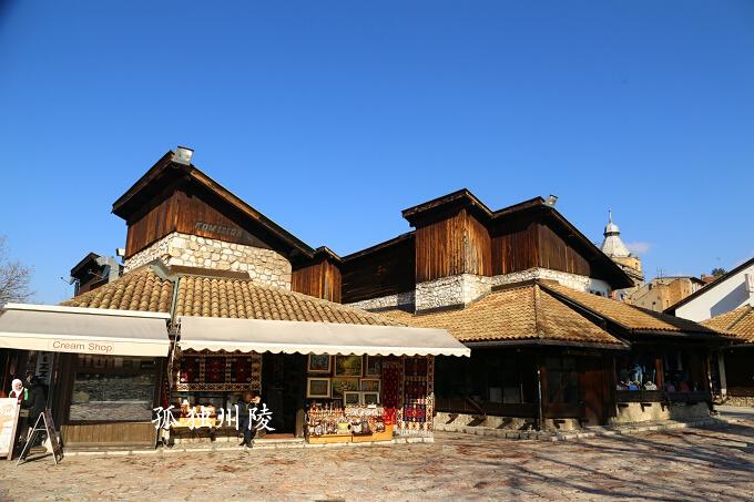 【1】波黑的国家图书馆 波黑是一个很奇特的国家,不仅仅是因为这里既有基督教徒又有穆斯林,波黑还是天主教和东正教的分界线,波黑以西是天主教的地盘,波黑以东便是东正教的地盘。因此波黑的建筑受到天主教、东正教和穆斯林三种文化的影响,而首都萨拉热窝是前南地区最漂亮的城市之一。特别是和充满了丑陋的苏式建筑的贝尔格莱德相比,萨拉热窝就显得更加漂亮了,在到萨拉热窝以前我本以为这里会和前南斯拉夫首都贝尔格莱德一样。波黑也是前南地区木结构的房屋最多的城市之一,其中不少建筑都带有浓厚的中国特色,考虑到此地还有中国式的饺子,